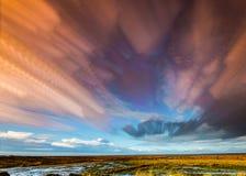 Timelapse-Bewegung von Wolken über Marschland und Gräsern Lizenzfreies Stockfoto
