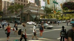 Timelapse bezige kruising, mensen & auto's stock videobeelden