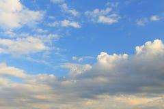 Timelapse bianco, nuvole blu e grige Fotografie Stock Libere da Diritti