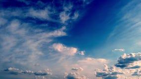 Timelapse, biel, piękne chmury biega przeciw niebieskiemu niebu zbiory wideo