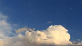 Timelapse bielu chmury zbiory wideo
