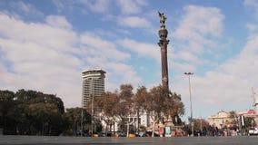 Timelapse bij bronsstandbeeld vertegenwoordigt Christopher Columbus die naar de Nieuwe Wereld met zijn rechts richten stock videobeelden