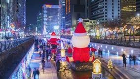 Timelapse bij Cheonggyecheon-Stroom, Mensen die op Mooi Kerstmislicht bij nacht in Seoel lopen, Zuid-Korea, 4K Tijdtijdspanne stock videobeelden