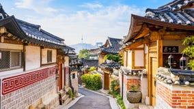 Timelapse bij de Stad van Seoel, het Dorp van Bukchon Hanok, Seoel, Zuid-Korea, 4K Tijdtijdspanne stock videobeelden
