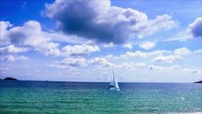 Timelapse blå himmel och molnigt över havet med segling lager videofilmer