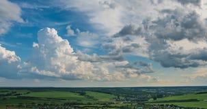 Timelapse blanc de fond de nuages de ciel bleu Beau temps au ciel nuageux Beaut? de couleur lumineuse, lumi?re en ?t? banque de vidéos
