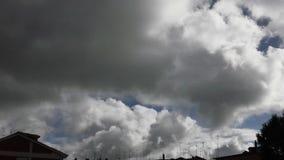 Timelapse blanco del cielo de las nubes almacen de metraje de vídeo