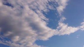 Timelapse blanco del cielo de las nubes almacen de video