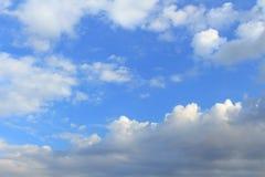 Timelapse blanco, nubes azules, grises Imagen de archivo