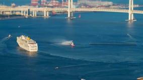 Timelapse bogserbåten tar den stora eyeliner i havet arkivfilmer