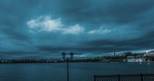 Timelapse bonito do dia das nuvens sobre a paisagem do inverno, cidade de Izhevsk, a república Udmurt, russo video estoque