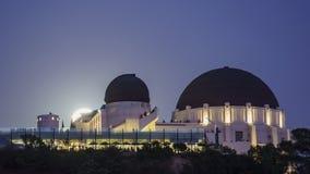 Timelapse bonito do movimento da elevação da lua sobre Griffith Observatory vídeos de arquivo