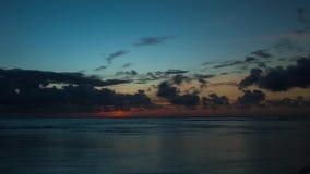Timelapse bonito do nascer do sol acima do oceano vídeos de arquivo