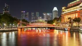 Timelapse céntrico de la base de la noche del puente del río de Singapur almacen de metraje de vídeo