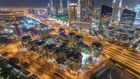 Timelapse céntrico de la noche del horizonte de Dubai con la alameda y el tráfico por carretera, UAE almacen de video