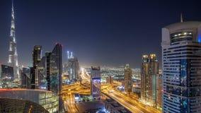 Timelapse céntrico de la noche del horizonte de Dubai con el edificio más alto y el tráfico por carretera de Sheikh Zayed, UAE almacen de metraje de vídeo
