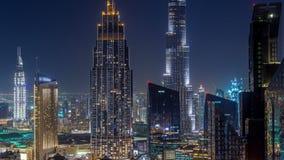 Timelapse céntrico de la noche del horizonte de Dubai con el edificio más alto y el tráfico por carretera de Sheikh Zayed, UAE metrajes