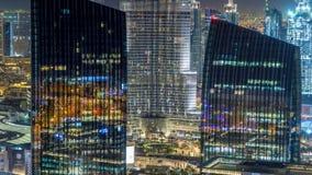 Timelapse céntrico de la noche del horizonte de Dubai con el edificio más alto y el tráfico por carretera, UAE almacen de video