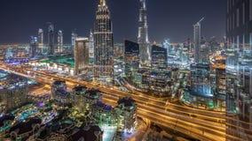 Timelapse céntrico de la noche del horizonte de Dubai con el edificio más alto y el tráfico por carretera, UAE metrajes