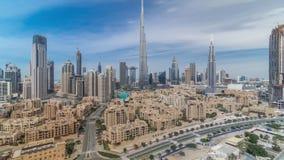 Timelapse céntrico del horizonte de Dubai con Burj el Khalifa y la otra opinión paniramic de las torres del top en Dubai almacen de video