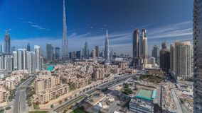 Timelapse céntrico del horizonte de Dubai con Burj el Khalifa y la otra opinión paniramic de las torres del top en Dubai metrajes