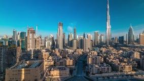 Timelapse céntrico del horizonte de Dubai con Burj Khalifa y otras torres durante la opinión paniramic de la salida del sol del t almacen de video