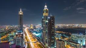 Timelapse céntrico escénico de la noche de la arquitectura de Dubai Visión superior sobre el camino de Sheikh Zayed con los rasca metrajes