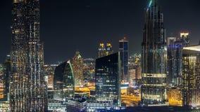 Timelapse céntrico escénico del horizonte de Dubai en la noche Opinión del tejado del camino de Sheikh Zayed con las torres ilumi almacen de video