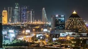 Timelapse céntrico escénico del horizonte de Dubai en la noche Opinión del tejado del camino de Sheikh Zayed con las torres ilumi metrajes
