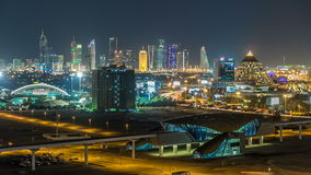 Timelapse céntrico escénico del horizonte de Dubai en la noche Opinión del tejado del camino de Sheikh Zayed con las torres ilumi almacen de metraje de vídeo