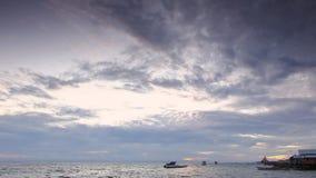 Timelapse cambia el cielo sobre las aguas costeras de la isla de Biak Andreev metrajes