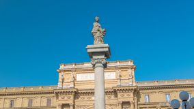 Timelapse carré de République avec la voûte en l'honneur du premier roi de l'Italie unie, Victor Emmanuel II banque de vidéos