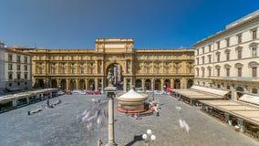 Timelapse carré de République avec la voûte en l'honneur du premier roi de l'Italie unie, Victor Emmanuel II clips vidéos