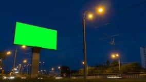 Timelapse - cartelera verde de la pantalla en la carretera almacen de metraje de vídeo