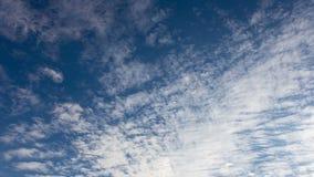 Timelapse chmurnieje na niebieskim niebie zbiory