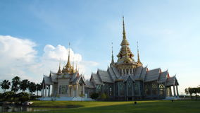 Timelapse, chmury nad Buddha tajlandzką świątynią zdjęcie wideo