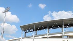 Timelapse, chmury rusza się nad plenerowym dachem sporta stadium zbiory