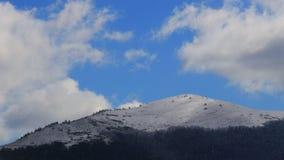 Timelapse chodzenie chmurnieje nad śnieżnym krajobrazem w Pyrenean, Francja zdjęcie wideo