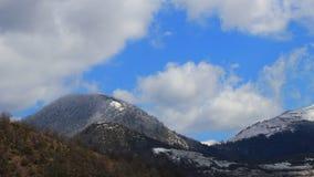 Timelapse chodzenie chmurnieje nad ?nie?nym krajobrazem w Pyrenean, Francja zbiory