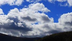 Timelapse chodzenie chmurnieje nad wzgórzem w Pyrenean, Francja zbiory