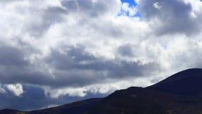 Timelapse chodzenie chmurnieje nad wzg?rzem w Pyrenean, Francja zdjęcie wideo