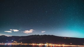 Timelapse chodzenie gwiazda wlec w nocnym niebie nad górą zbiory