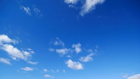 Timelapse - cielo azul y movimiento de las nubes metrajes