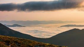 Timelapse Cielo dinámico en montaña durante amanecer metrajes