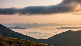 Timelapse Cielo dinámico en montaña durante amanecer almacen de metraje de vídeo