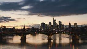 Timelapse - Cityscape van Frankfurt bij zonsondergang stock videobeelden