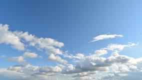 Timelapse com mover-se bonito das nuvens vídeos de arquivo