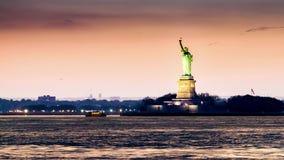 Timelapse con la estatua de la libertad en la transición de la puesta del sol a la noche almacen de video