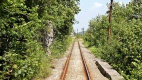 Timelapse con la vista posteriore di vecchia ferrovia della montagna archivi video