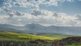 Timelapse con las nubes móviles en las montañas de atlas Marruecos almacen de video